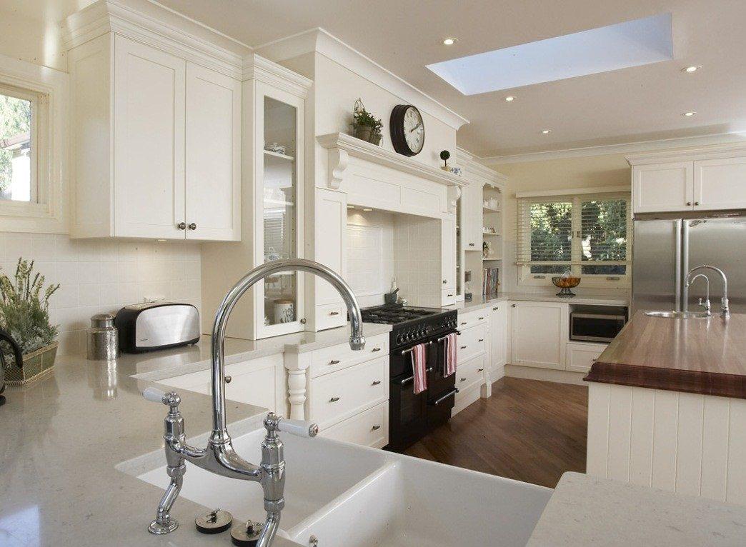 Coordinar gabinete de la cocina piso de madera de color - Cocina De Tonos Blancos