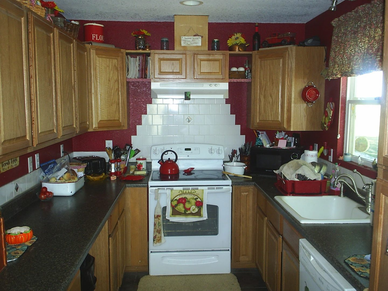 Cocina peque a de estilo r stico im genes y fotos for Muebles practicos para casas pequenas
