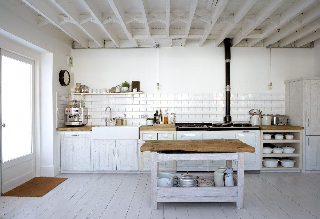 Cocina r stica con madera blanca im genes y fotos - Cocina rustica blanca ...