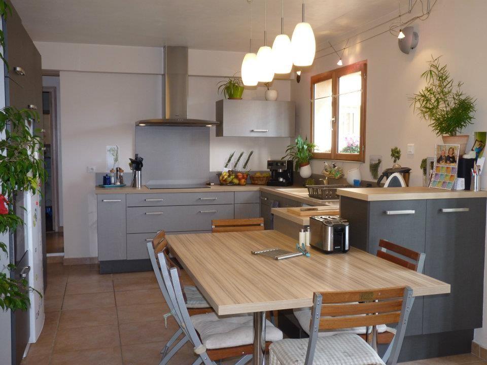 Mesa a juego con la cocina americana im genes y fotos - Cocinas pequenas con mesa ...